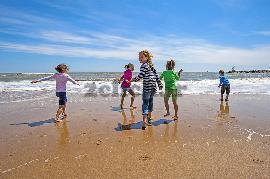 بازی کردن کودکان کنار ساحل
